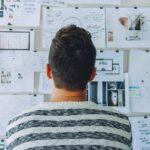 Mann vor Pinboard, Startup erfolgreich gründen